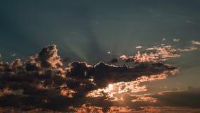 Облака небесного захода солнца Timelapse Moving сток-видео
