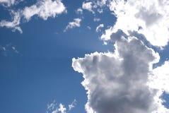 Облака освещенные контржурным светом Sun Стоковая Фотография