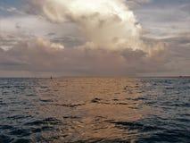 Облака отражая с воды на атлантическом пляже стоковое фото rf