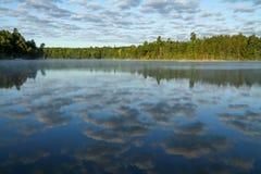 Облака отразили в спокойном озере стоковое фото rf