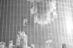 Облака отразили на стеклянной стене фасада здания Пасмурное отражение голубого неба в окнах стекло зодчества самомоднейшее стоковые изображения