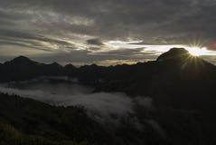 Облака перемещаясь в кратер вулкана стоковые фотографии rf