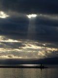 облака плавают вдоль побережья над штормом Стоковая Фотография RF