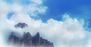 облака покрывая гору Стоковое Изображение RF