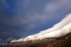 облака покрыли таблицу горы стоковое изображение