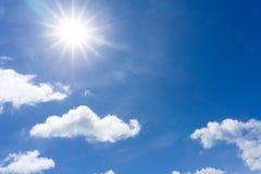 Облака предпосылки белые плавая в голубое небо в полдень стоковое изображение