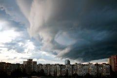 Облака проливного дождя над городом Бурное небо над зданиями Типичный современный жилой район Киев, Украин стоковое изображение