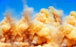 Облака пыли после взрывать на руднике стоковые фотографии rf