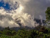 Облака свертывая вниз от вершины Iguaque стоковые фотографии rf