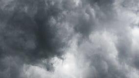 Облака собирают Плохая погода Облака overcast бушуют Подход к грозы Темные бурные облака плавают поперек сток-видео