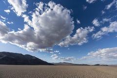 Облака сухого озера и после полудня около Zzyzx Калифорнии стоковая фотография