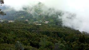 Облака увенчивают гору Стоковое Фото