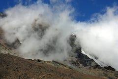 Облака формируя на горе Стоковое Изображение
