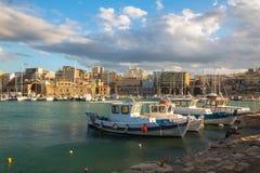 Облака шлюпок взгляда старой гавани ираклиона мочат взгляд стоковое фото