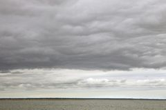 Облака шторма над водой стоковая фотография rf