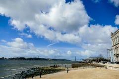 облака шторма над морем, в столице Лиссабона Португалии стоковые фотографии rf