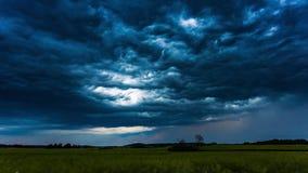 Облака шторма рта кита темные двигая быстро, timelapse 4k сток-видео