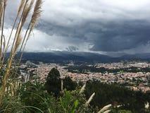 Облака шторма свертывая внутри над городом Cuenca Стоковые Изображения