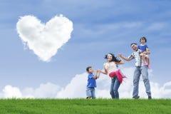 Облака stroll и сердца семьи стоковые фотографии rf