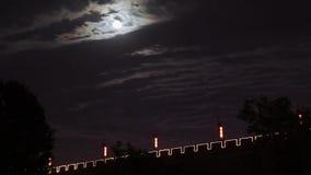 """Облака Timelapse двигая за полнолунием в ночном небе и городской стене Сиань, XI """", Шэньси, Китай видеоматериал"""