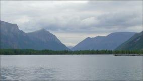 Облака Timelapse двигая над озером и горами Ландшафт ЛЕТА Величественная одичалая природа в России, восточном Sayan акции видеоматериалы