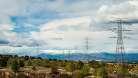 Облака Timelapse и электрические башни видеоматериал