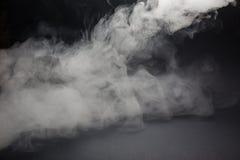 Облако белого дыма на черной предпосылке Стоковые Изображения RF