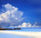 Облако голубого неба белые и пляж песка Стоковая Фотография