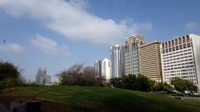 Облако двигая над зданиями - замедленное движение сток-видео