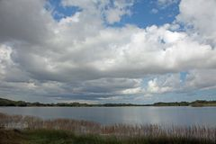 Облако заполнило небо над озером в национальном парке болотистых низменностей, FL стоковые фото