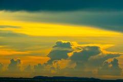 облако захода солнца назад на темном небе силуэта и красном облаке пламени стоковое изображение rf