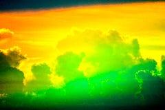 облако захода солнца multicolor назад на рыбацкой лодке неба силуэта на море стоковая фотография rf