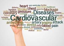 Облако и рука слова сердечно-сосудистых заболеваний с концепцией отметки стоковое изображение rf