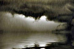 Облако нижнего яруса с дождем над водой стоковое изображение rf