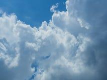 Облако с предпосылкой голубого неба Стоковые Изображения