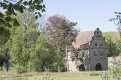 Область Дортмунда, Рура, северный Рейн Вестфалия, Германия - 16-ое апреля 2018: Сторожка ¼ Brà замка nninghausen на входе парка стоковое изображение rf