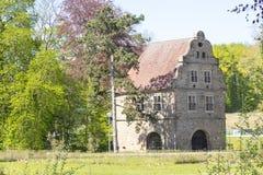 Область Дортмунда, Рура, северный Рейн Вестфалия, Германия - 16-ое апреля 2018: Сторожка ¼ Brà замка nninghausen на входе парка стоковое фото
