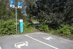 Область Дортмунда, Рура, северный Рейн Вестфалия, Германия - 16-ое апреля 2018: Станция загрузки для электрических автомобилей стоковое изображение