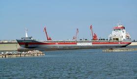 Область Калининграда, Россия Cargoship DONGEBORG проходит через канал корабля Калининграда стоковое фото