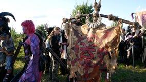 Область Москвы, РОССИЯ - 22-ое августа 2018: Cosplayers показывая Warhammer armored костюм характера воина для role-playing видеоматериал