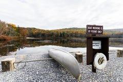Область озера лавр рекреационная в парке штата i печи рощи сосны стоковые изображения rf