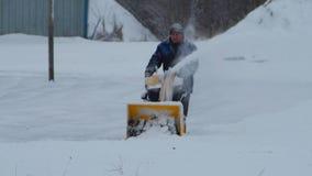 Область России, Ленинград, Nikolskoye, 26-ое декабря 2018 работник очищает снег с особенной машиной сток-видео