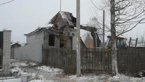 Область России, Ленинград, Nikolskoye, 14-ое декабря 2018 - трактор Volvo сокрушает частный деревянный дом, разбирая здание сток-видео