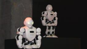 Область Челябинска, Челябинска/Россия - 07 10 2019: Роботы двигают акции видеоматериалы