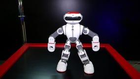 Область Челябинска, Челябинска/Россия - 07 10 2019: Робот танцует акции видеоматериалы