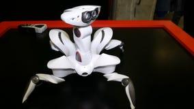 Область Челябинска, Челябинска/Россия - 07 10 2019: Mechanoid робота с камерами слежения видеоматериал