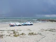 Облачное небо над морем Облака шторма формируя над ясным морем Катамараны на песчаном пляже стоковая фотография