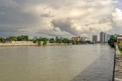 Облачное небо на реке Pasig, Маниле стоковые фотографии rf
