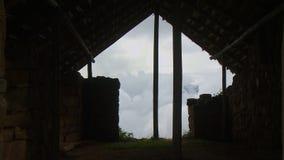 Облачное небо увиденное до конца дому акции видеоматериалы