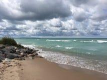 Облачные небеса над Lake Michigan; Империя, MI Стоковые Изображения